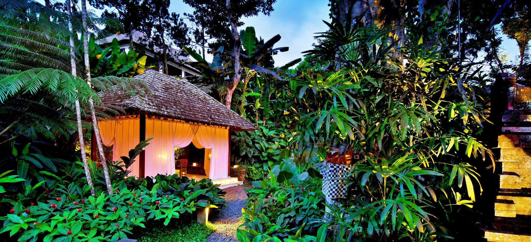 Ein beleuchteter Pavillion im Dschungel Balis