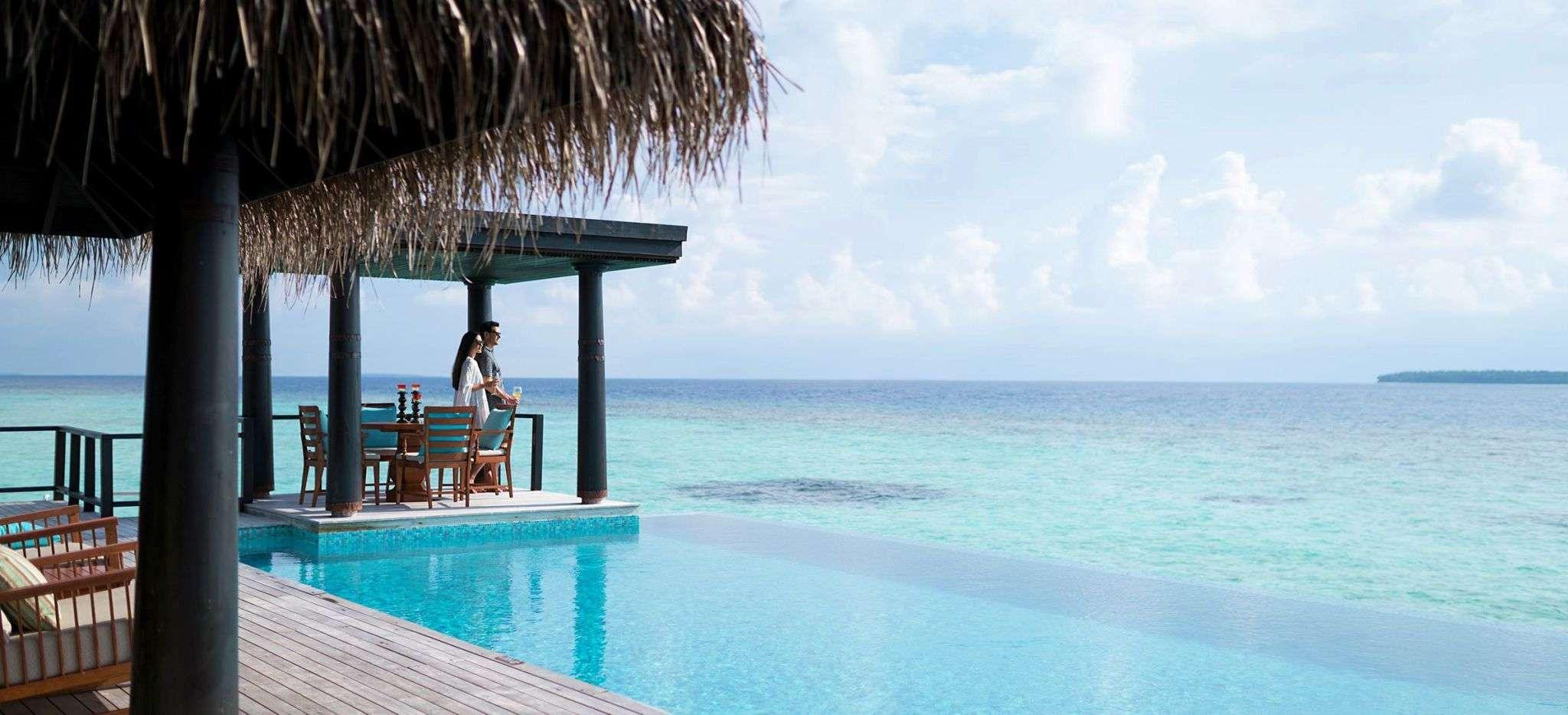 Ein privater Pool der Overwater Residence im Hotel Anantara Kihava auf den Malediven