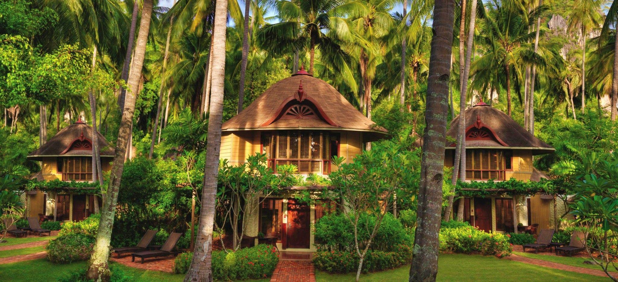 """Drei asiatische Gebäude im Dschungel, im Hotel """"Rayavadee"""", Thailand"""