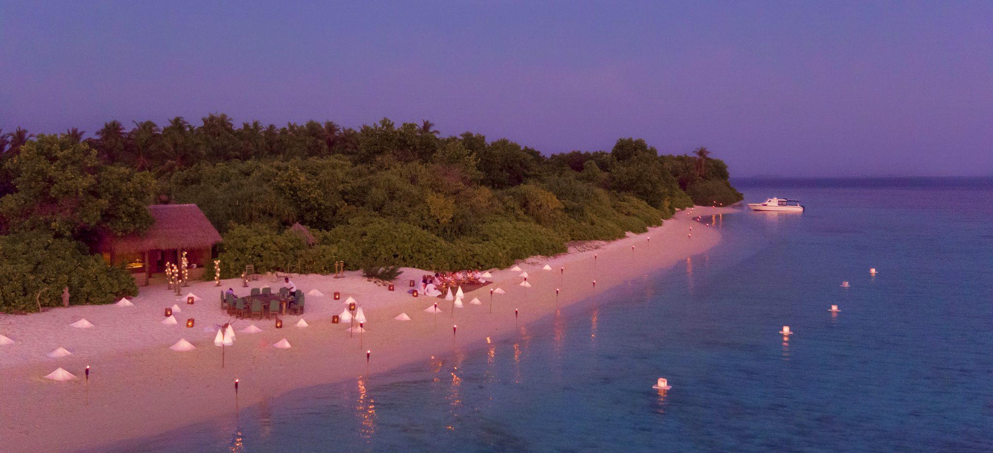 "Ein Strand der Malediveninsel ""Soneva Fushi"" im Abendrot, Luftaufnahme"