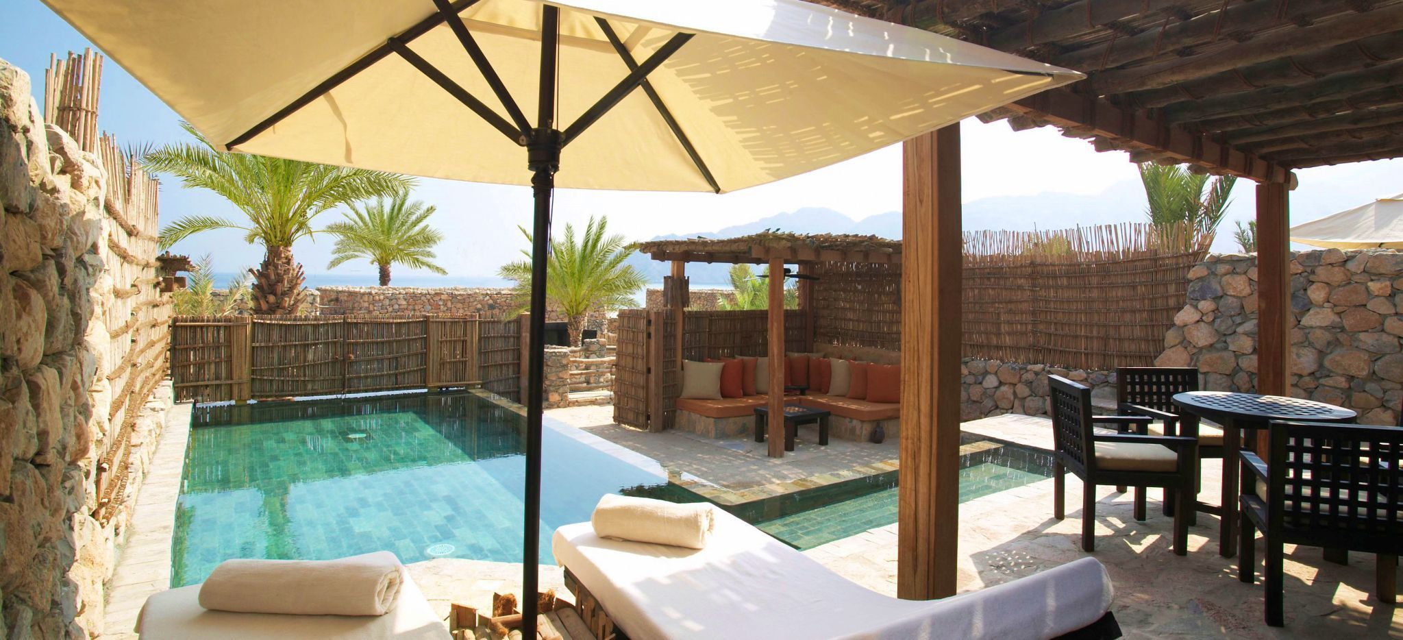 "Balkon und Privatpool der Poolvilla im Hotel ""Six Senses Zighy Bay"""