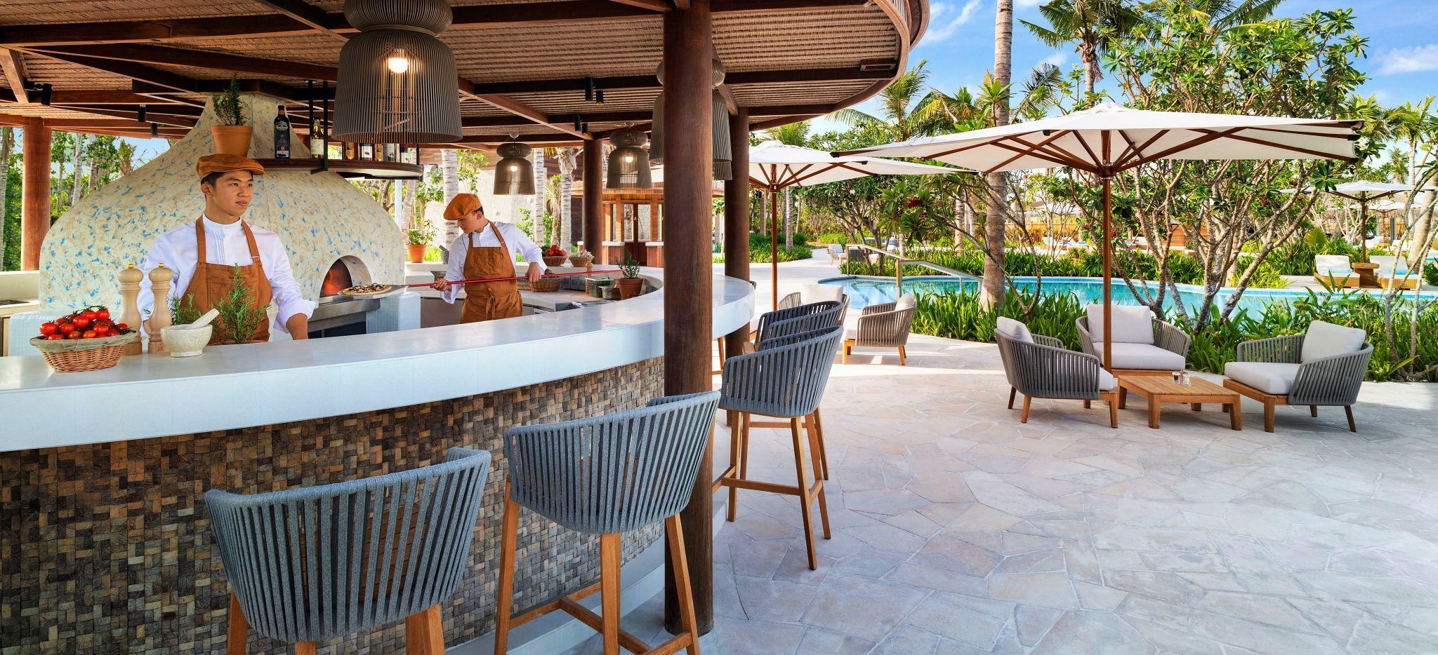 Zwei Köche des Restaurants NAVA im Waldorf Astoria Maldives, nahe des Lagoon Pools