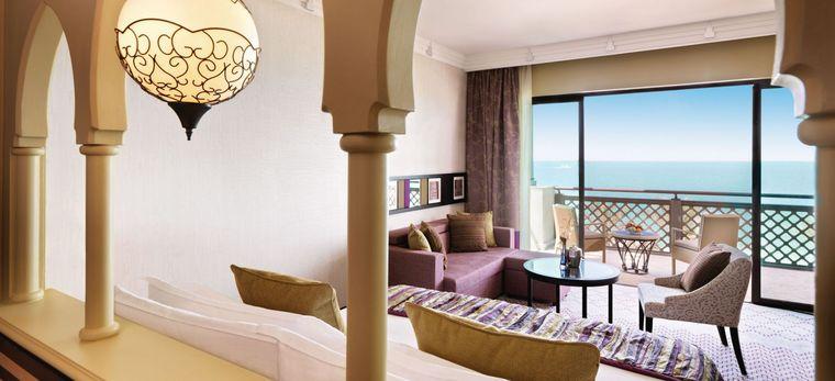 """Blick auf das Meer aus dem Hotelzimmer """"Ocean Deluxe Room"""" mit arabischer, heller Einrichtung im Hotel Madinat Jumeirah Mina A Salam"""
