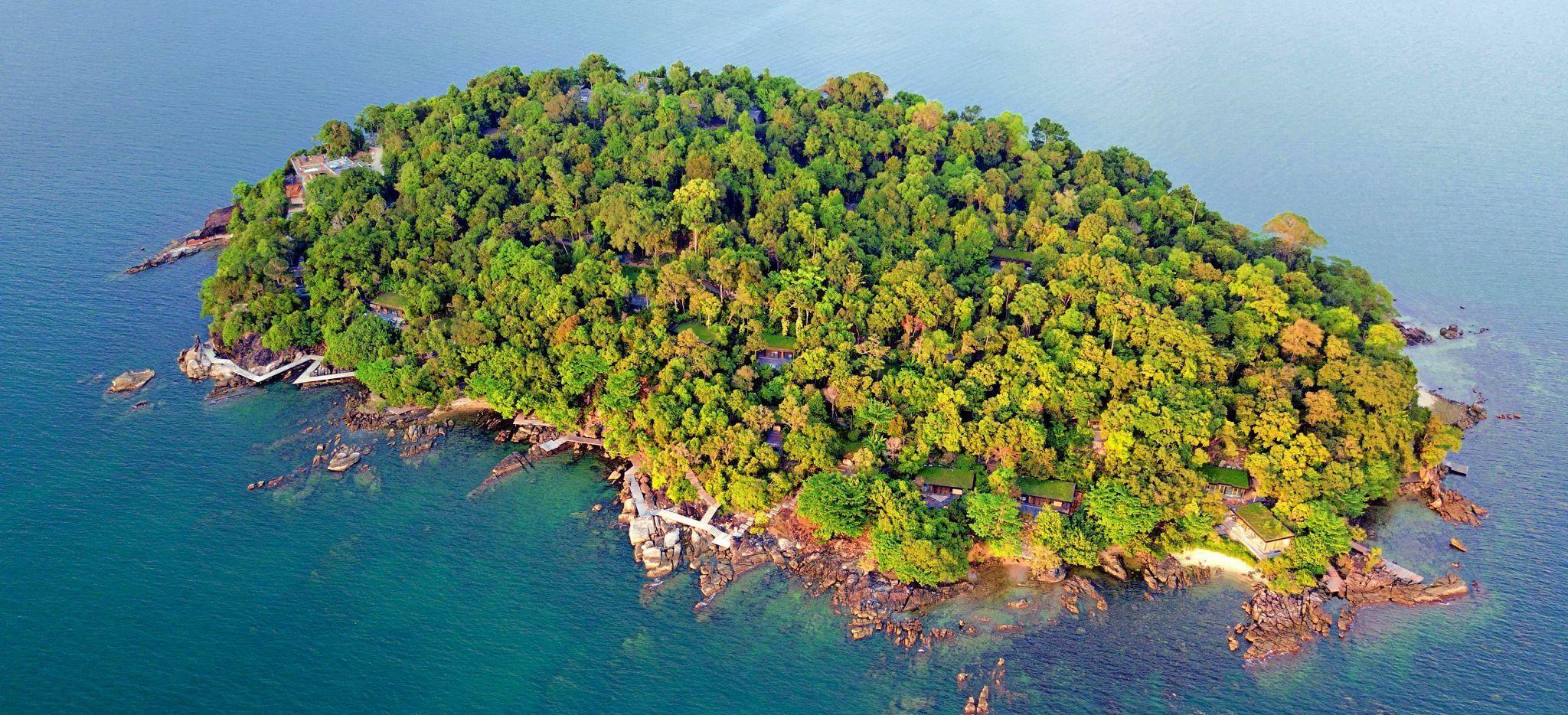 Luftaufnahme der mit Dschungel bewachsenen Insel Krabey Island