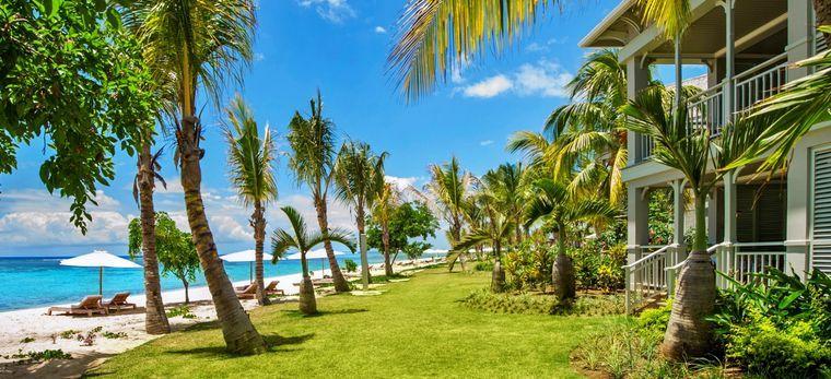 """Ein Garten mit englischem Rasen zwischen Strand un dem Hotel """"St. Regis Mauritius"""""""