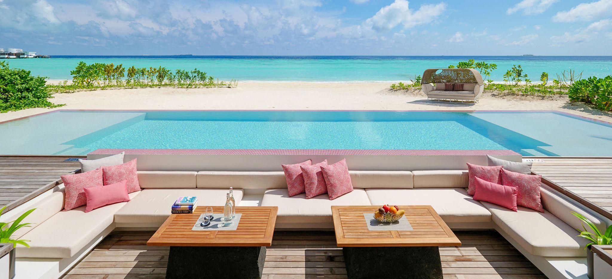 Eine Sitzecke mit Pool und Strandzugang