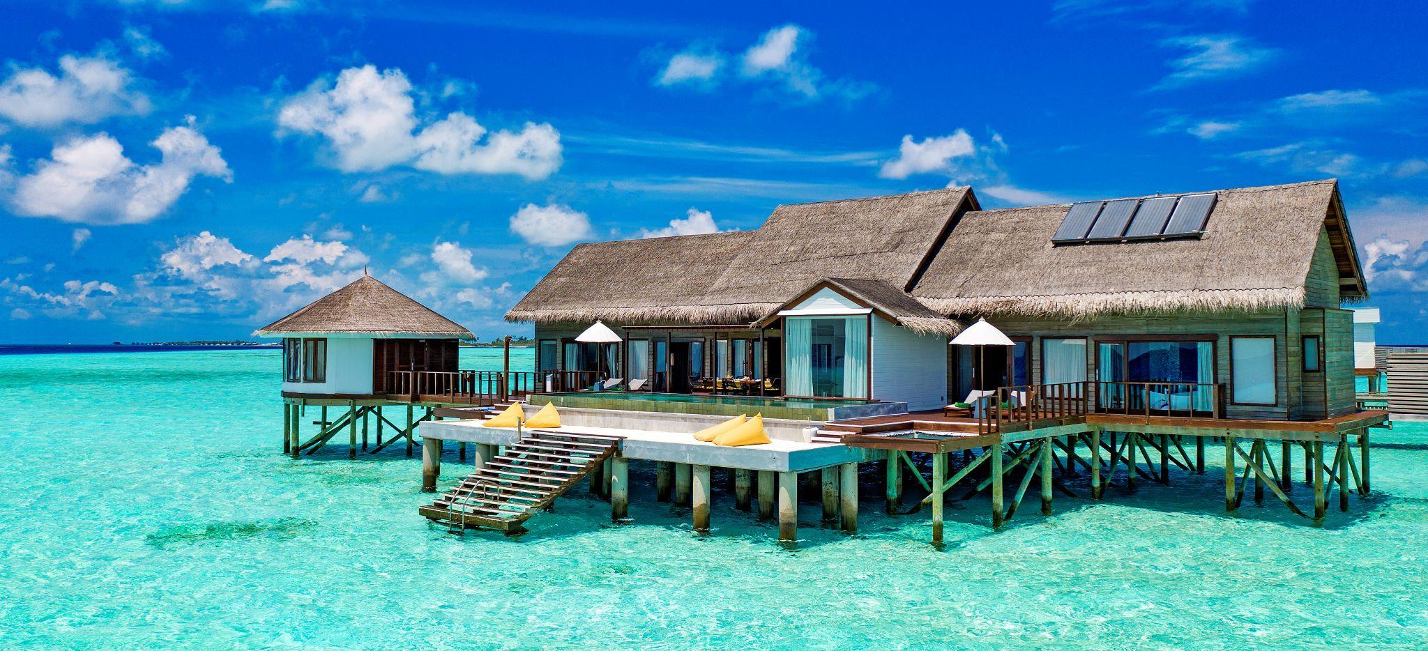 Eine große Wasservilla, um geben vom flachen Wasser der Lagune der Malediven Insel Madhoo