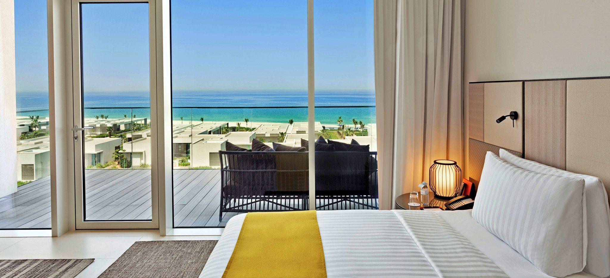 Schlafzimmer mit Blick auf den Strand und das Meer