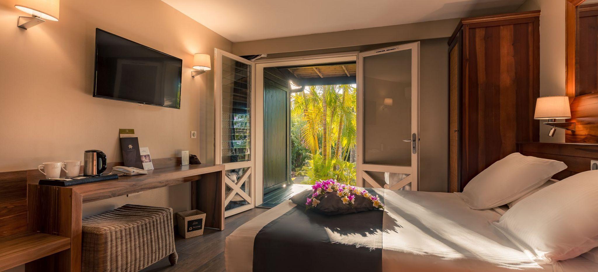 Ein Hotelzimmer mit Blick auf einen Garten