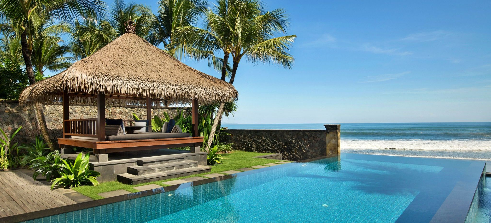 """Ein pavillon neben einem Pool direkt am Strand. Im Hotel """"The Legian"""" auf Bali"""