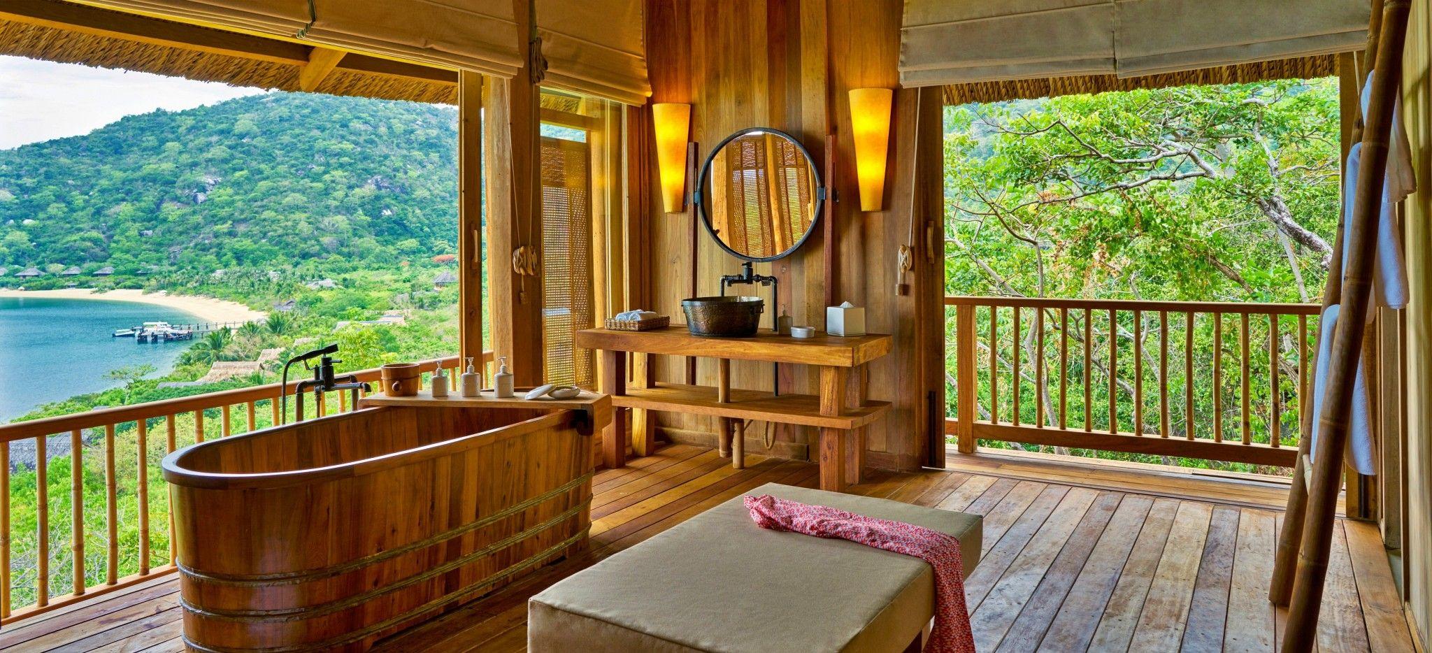 Ein voll aus Holz gefertiges Badezimmer mit Blick auf das Meer