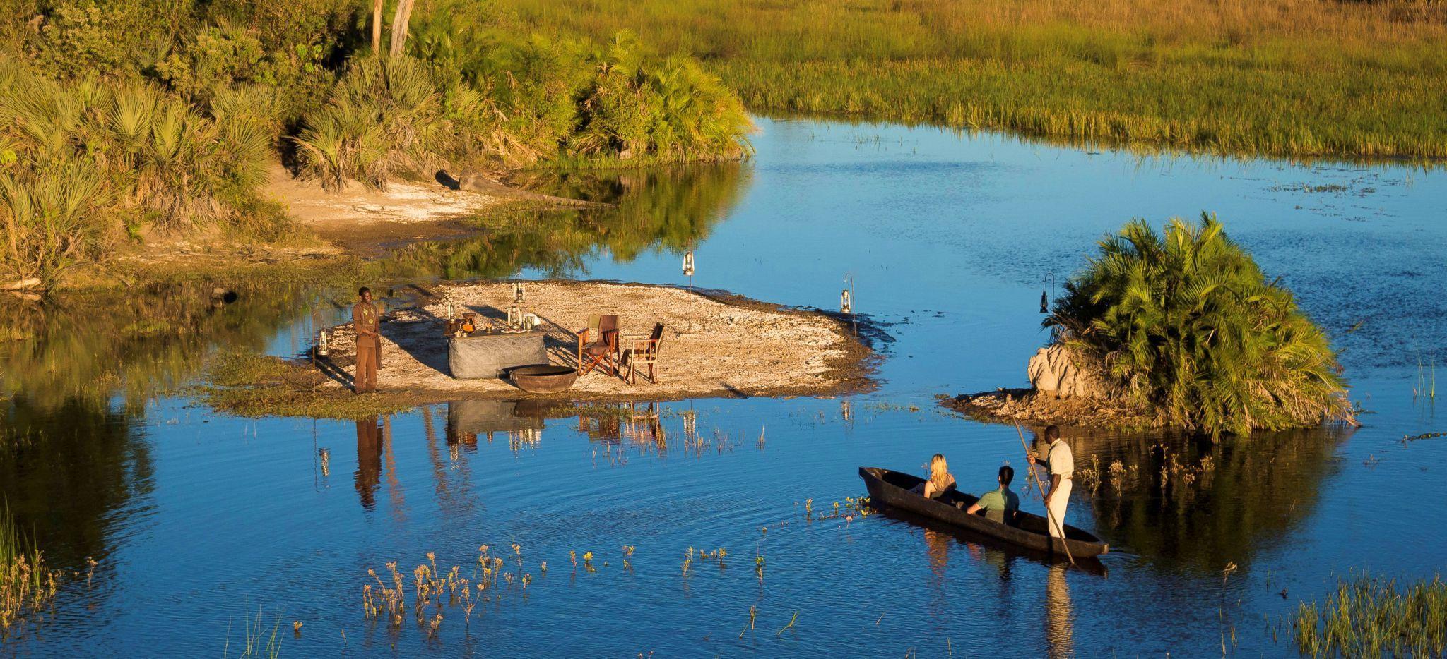 Paar mit Guide in Kanu beobachten Tiere im Fluss
