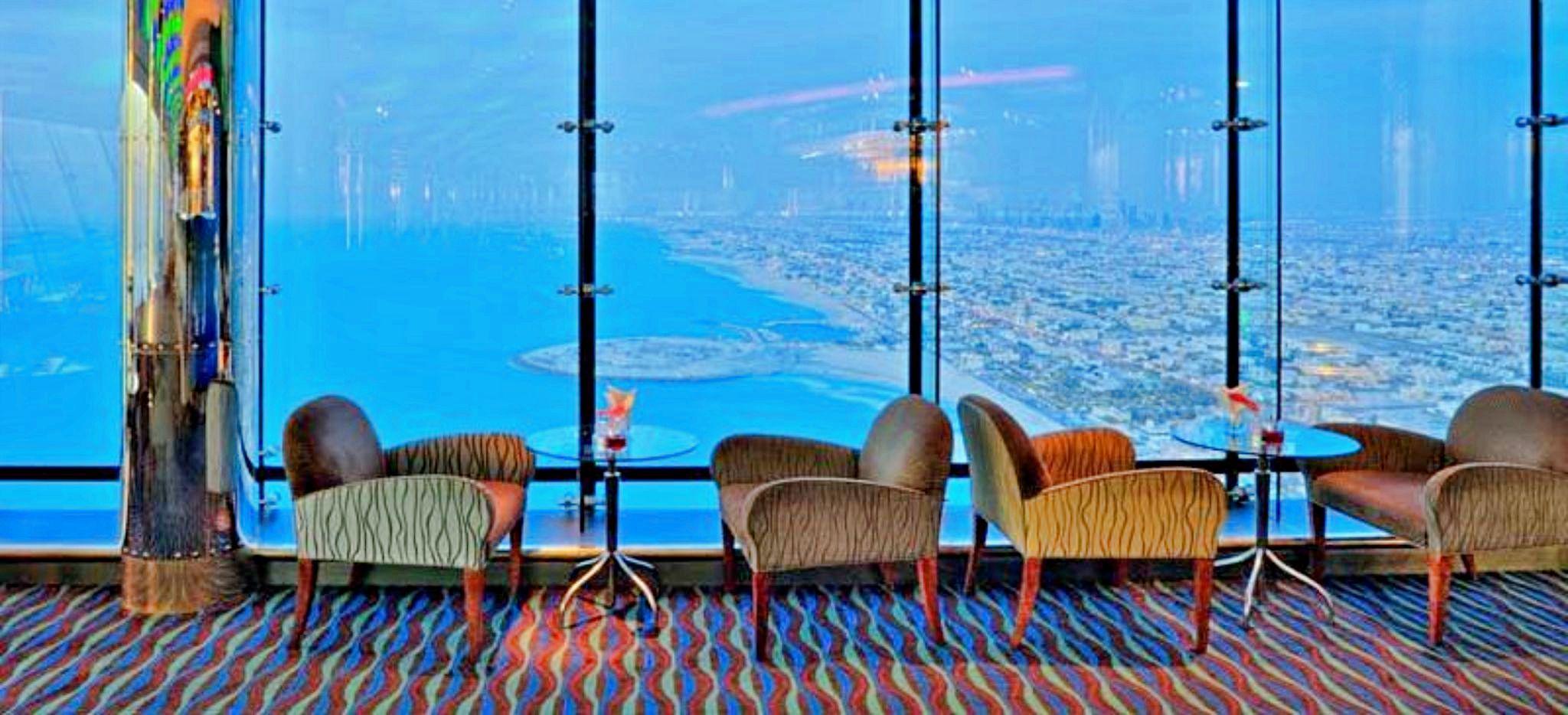 Blick auf Dubai von der Sky View Bar in der Spitze des Burj al Arab