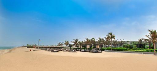 Ein orangener Strand mit Strandliegen, Oberoi al Zorah, Ajman