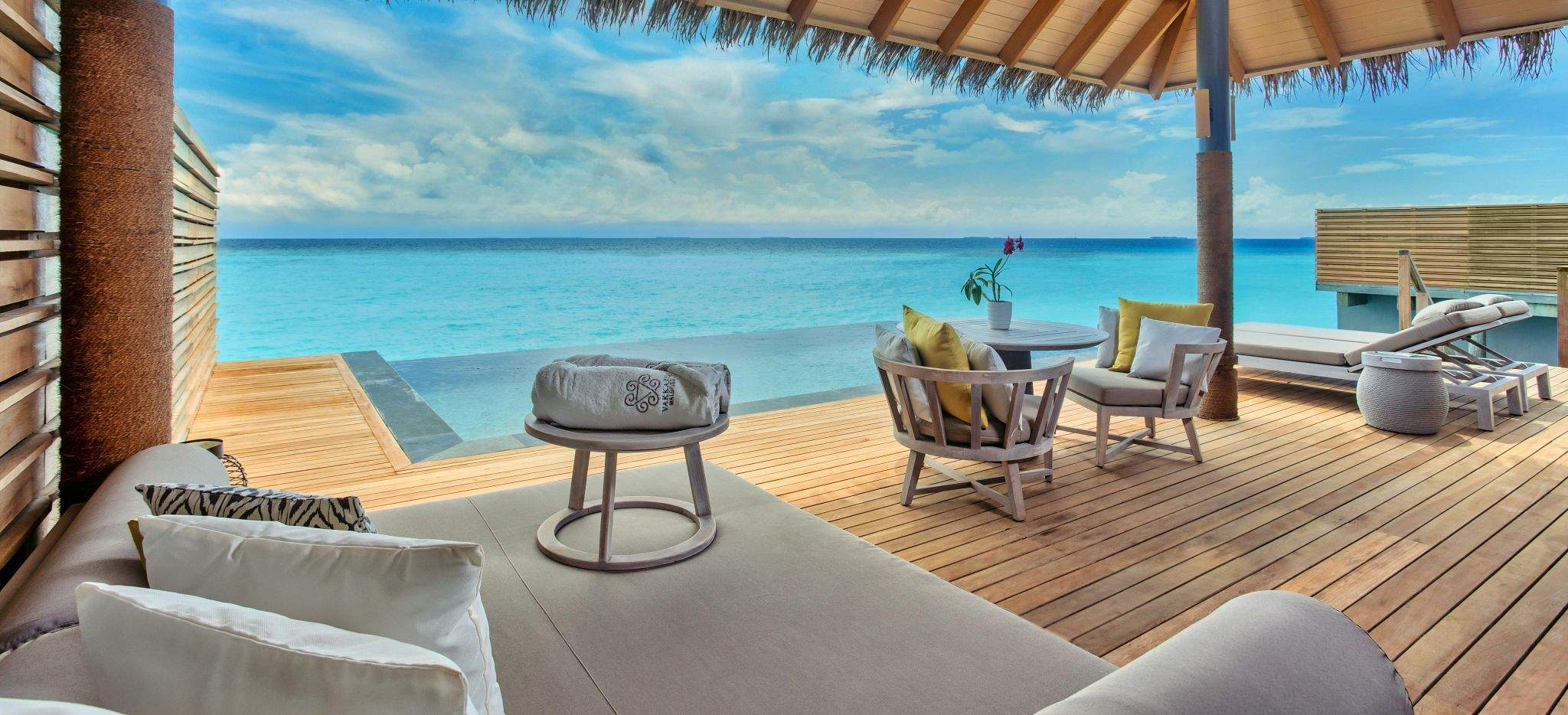 Die Terrasse einer Wasservilla im Hotel Vakkaru, Malediven