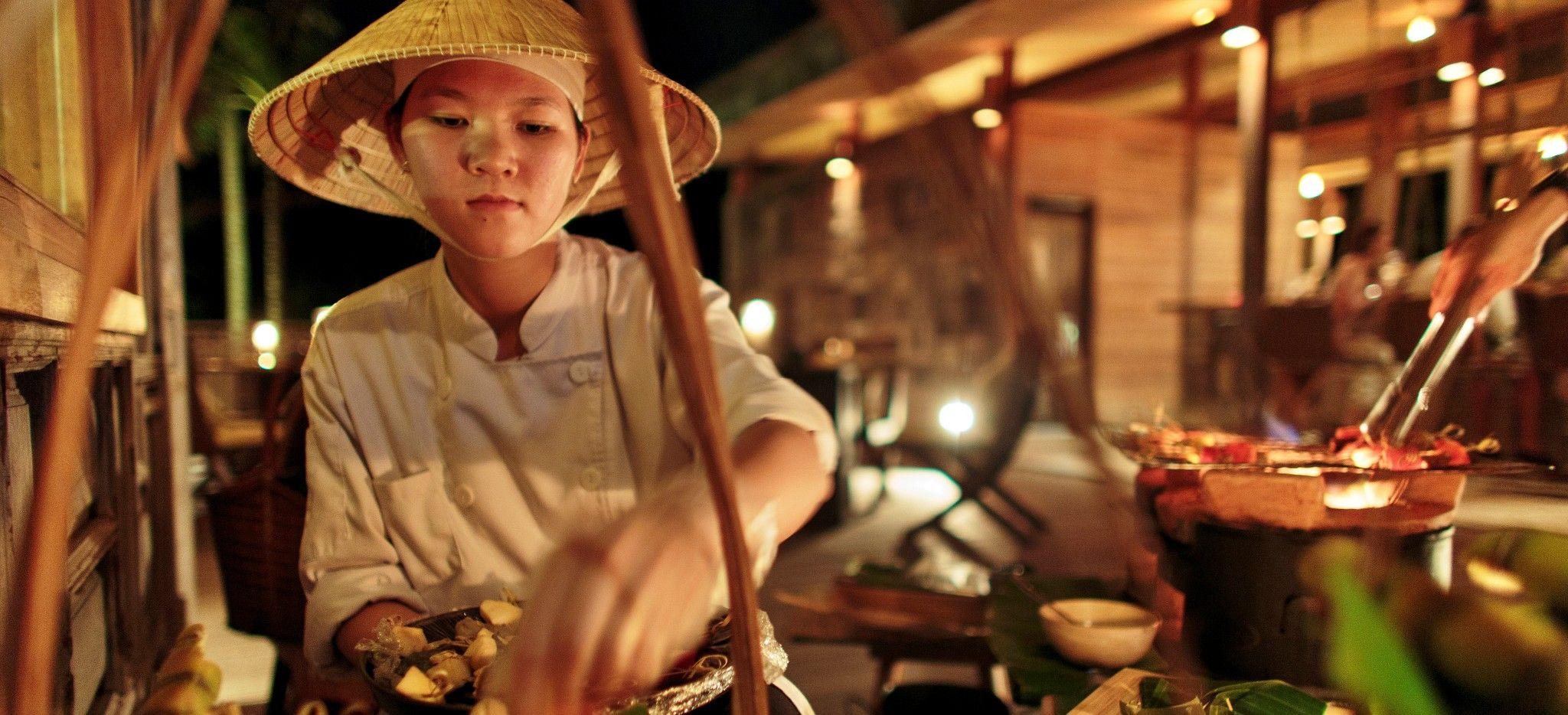 Eine Vietnamesische Köchin bereitet Speisen vor