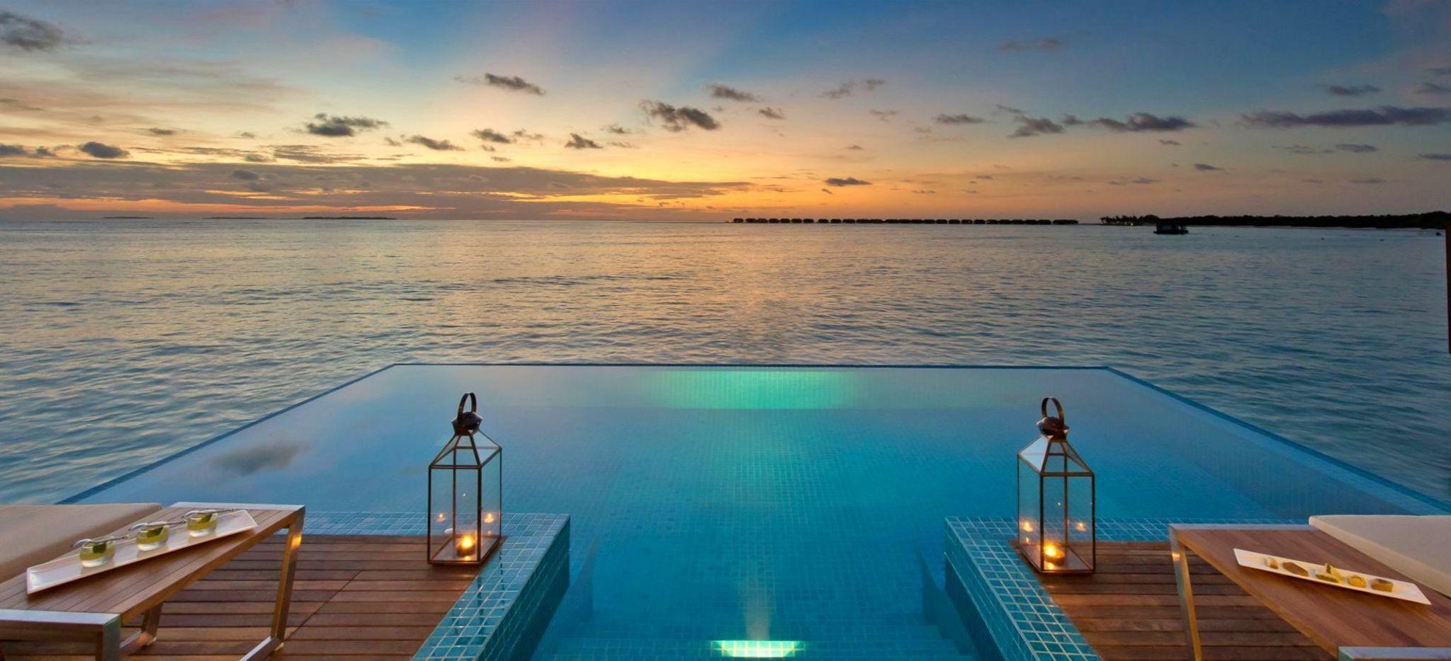 Ein Pool einer Wasservilla mit Blick auf das Meer