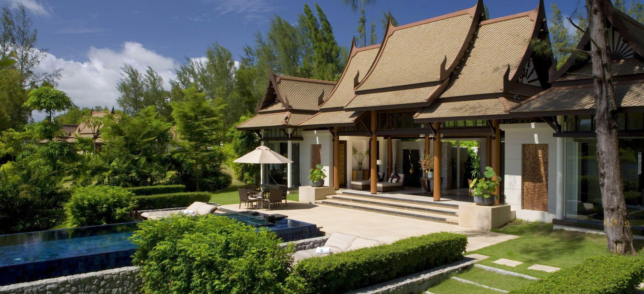 Eine Villa im Stil eines Thailändischen Tempels mit einem privaten Pool auf der Terrasse