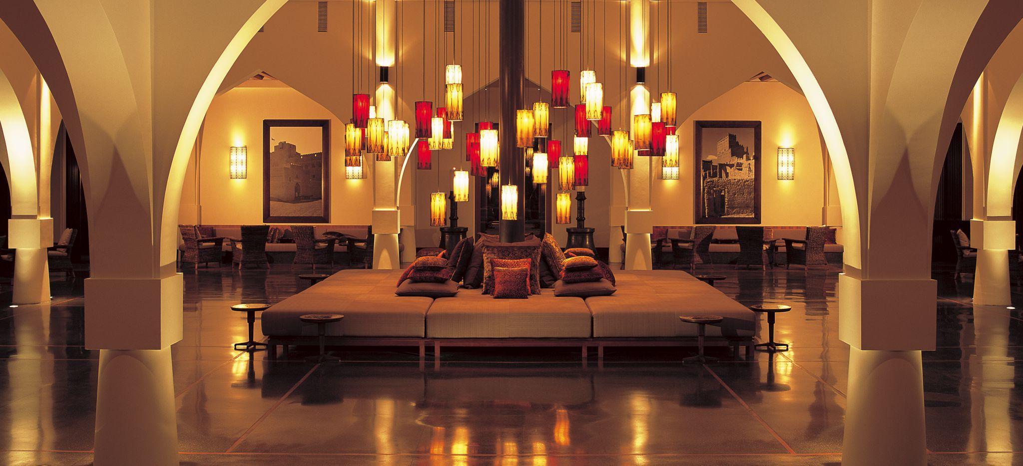 """Die Lobby im Hotel """"The Chedi Muscat"""" in Muskat, Oman. In klassisch arabischem Stil eingerichtet"""
