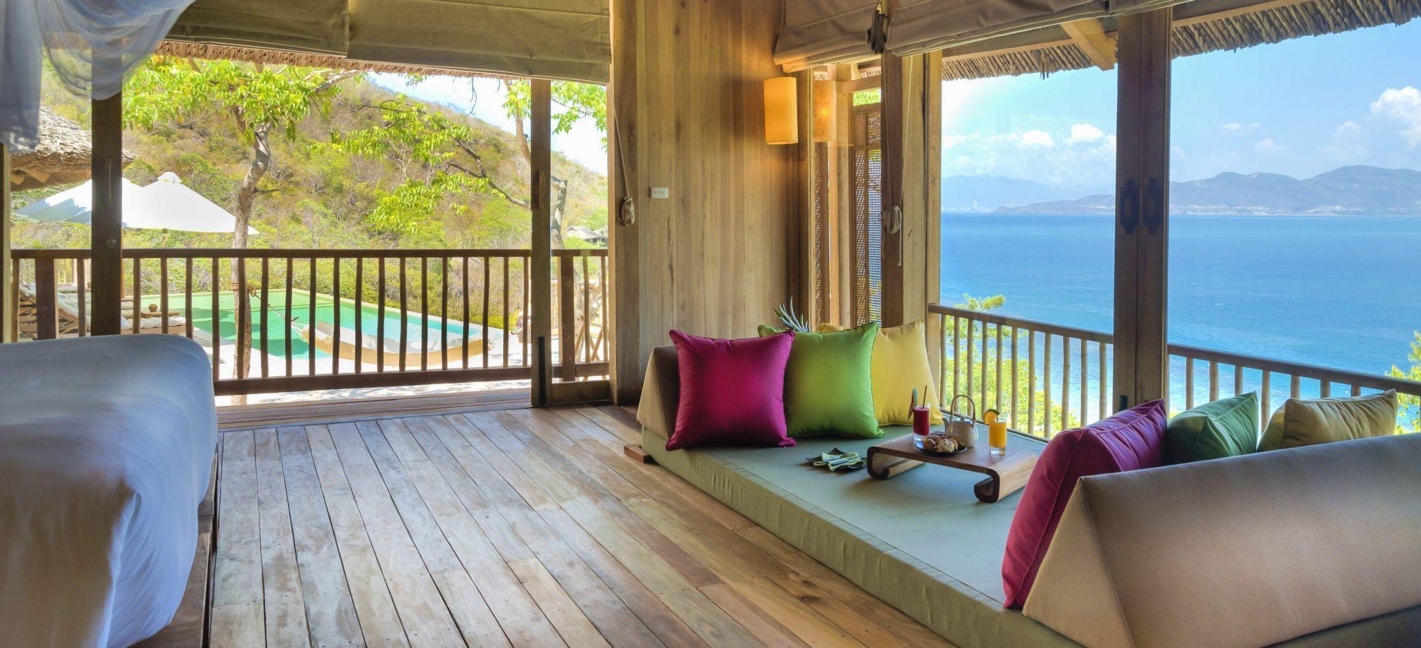 """Ein ganz umglastes Schlafzimmer mit Blick auf die """"Ninh Van"""" Bucht in Vietnam"""