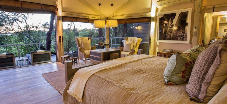 Ein Schlafzimmer in einem Luxuriösen Zelt im Okavango Delta, Botwana. Im Hotel Abu Camp.