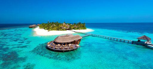 Die Insel Mirhi aus der Vogelperspektive, mit den Wasservillen des Resorts