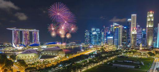 Feuerwerk über der Skyline von Singapur