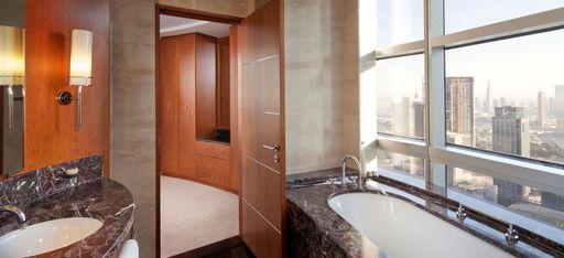 """Badezimmer des Hotelzimmers """"Club Suite"""" mit Blick auf die Innenstadt von Dubai"""