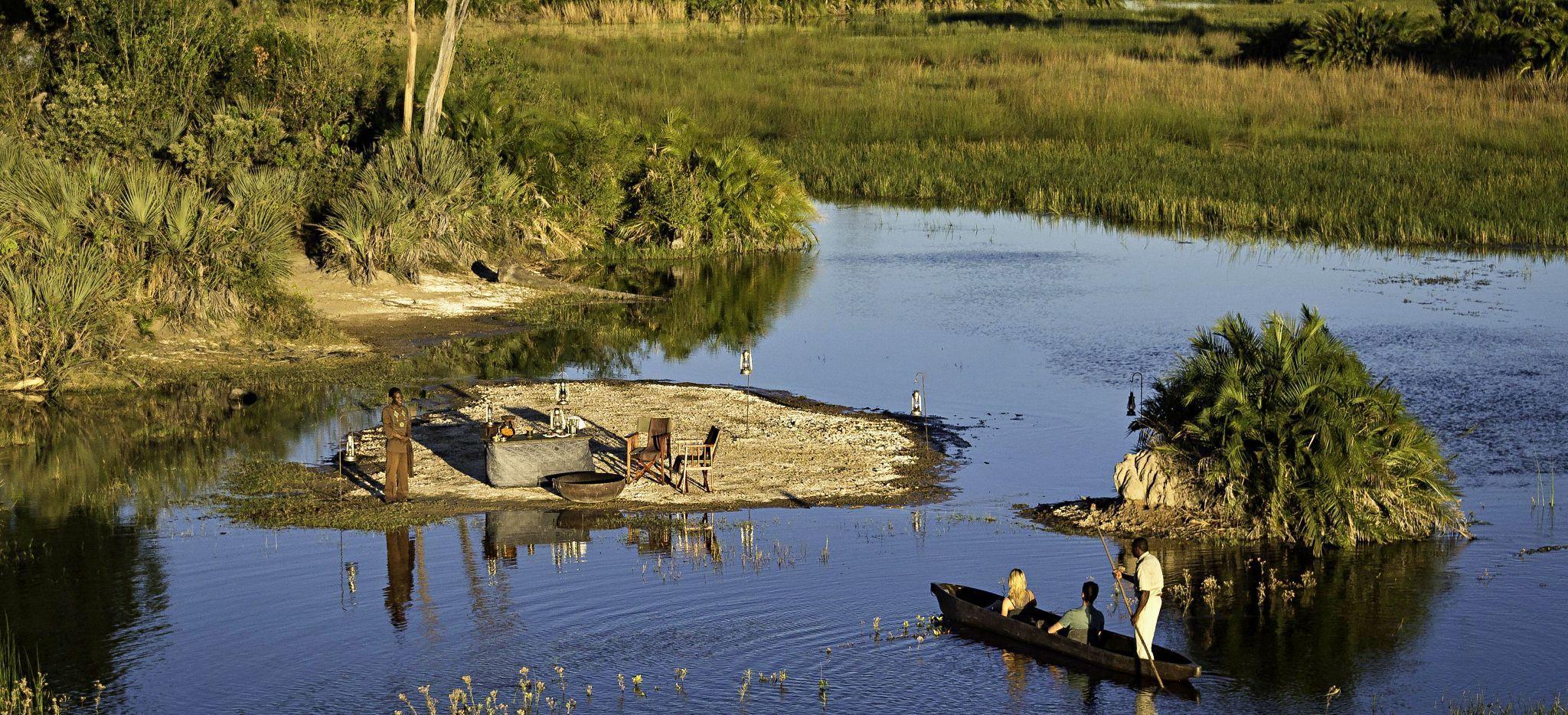 Vorbereitungen für ein Picknick auf einer kleinen Insel im Okavango Delta, Botsuana