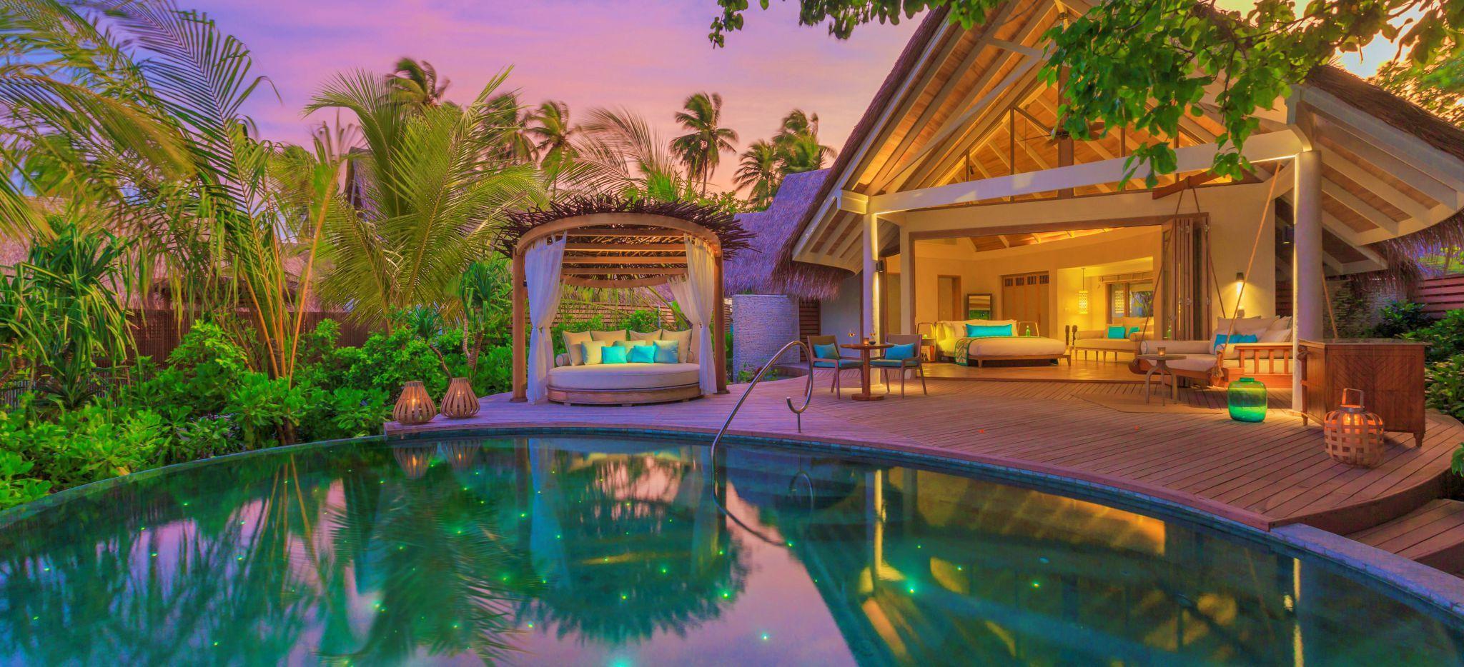 Ein Hotelzimmer in eigener Villa mit einem privatem Pool im Abendrot, das Hotel Milaidhoo auf den Malediven