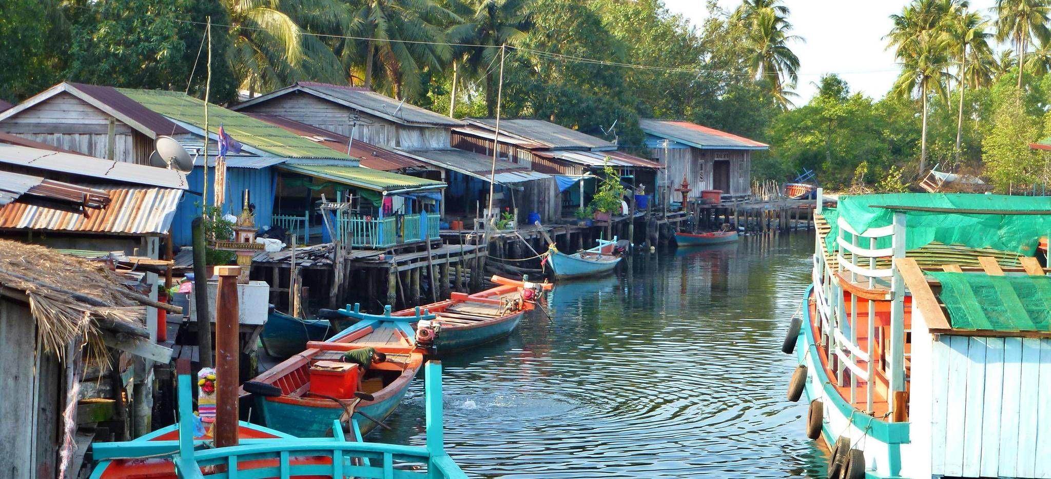 Siedlung auf Stelzen auf einem Kambodschanischen Fluß