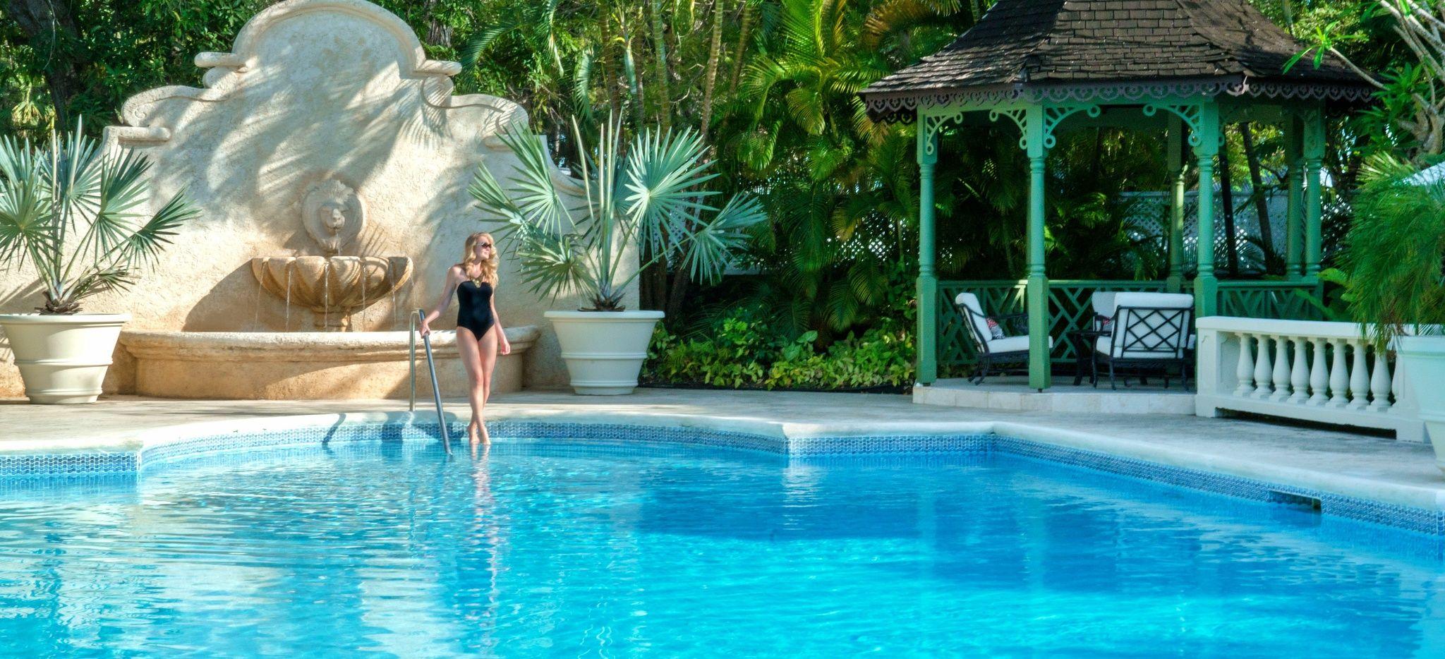 "Eine Frau steigt in den Hauptpool des Hotels ""Coral Reef Club Barbados"""