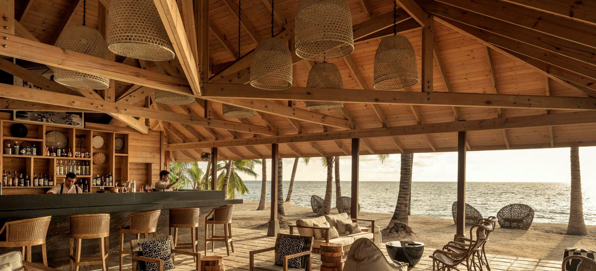 Beach Bar des Four Season Resort Seychelles at Deroches Island, direkt am Meer