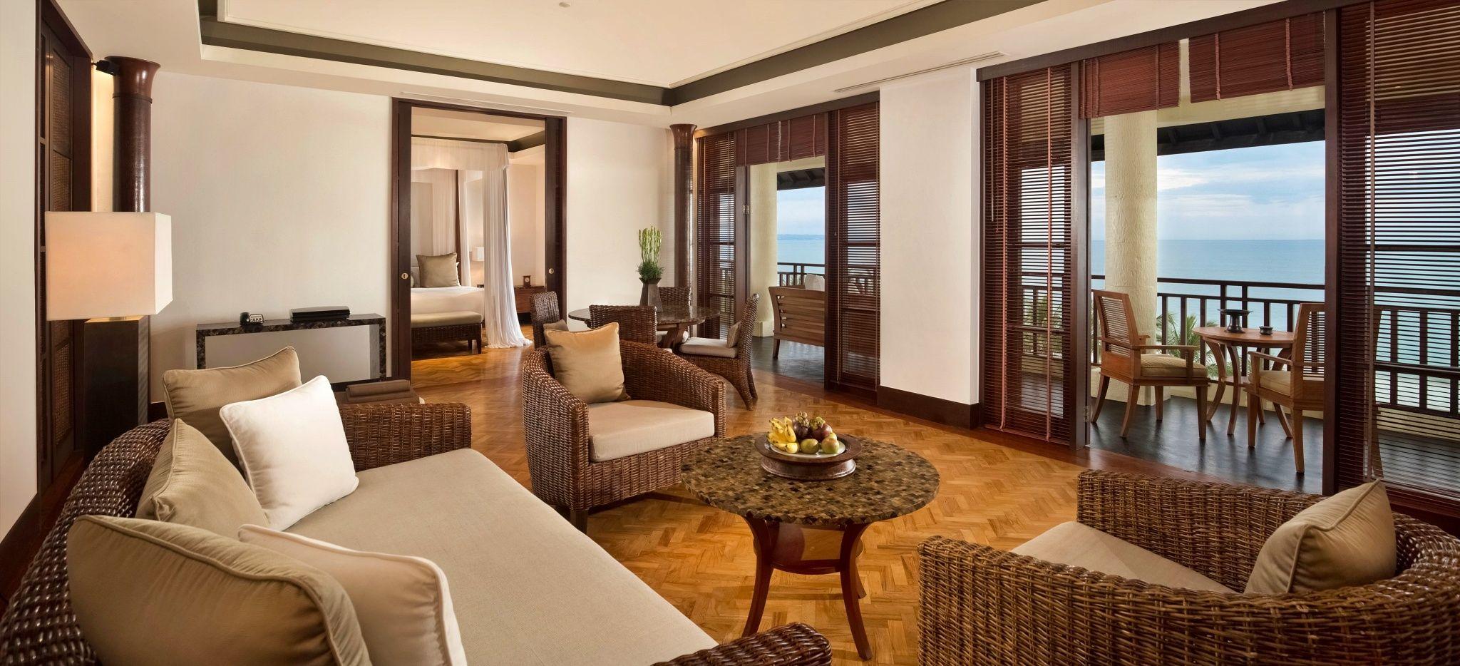 """Ein Wohnzimmer mit Blick aufs Meer in einer Villa des Hotels """"The Legian"""" auf Bali"""
