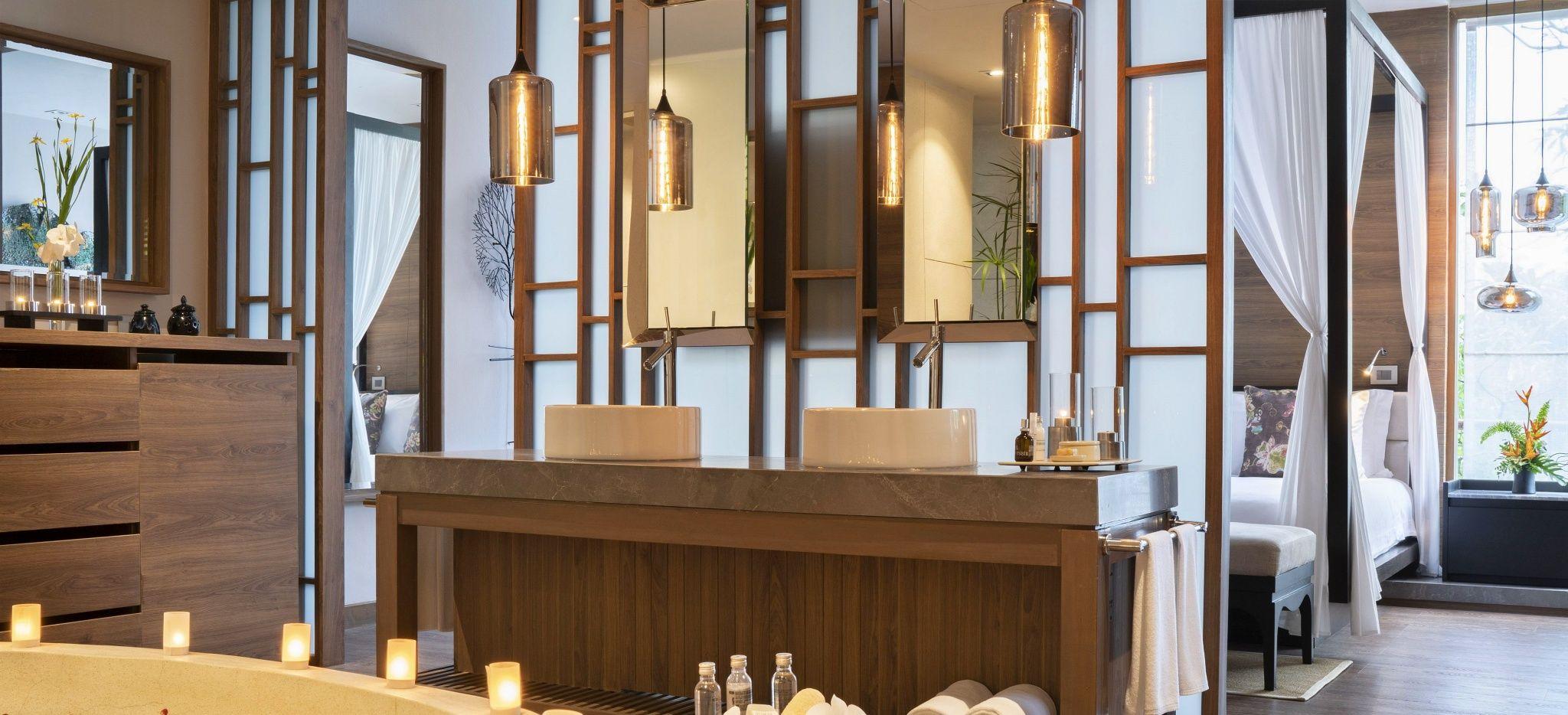 """Ein asiatisches, Luxuriöses Badezimmer, die """"Jacuzzi Pool Suite"""" im Hotel The Sarojin"""