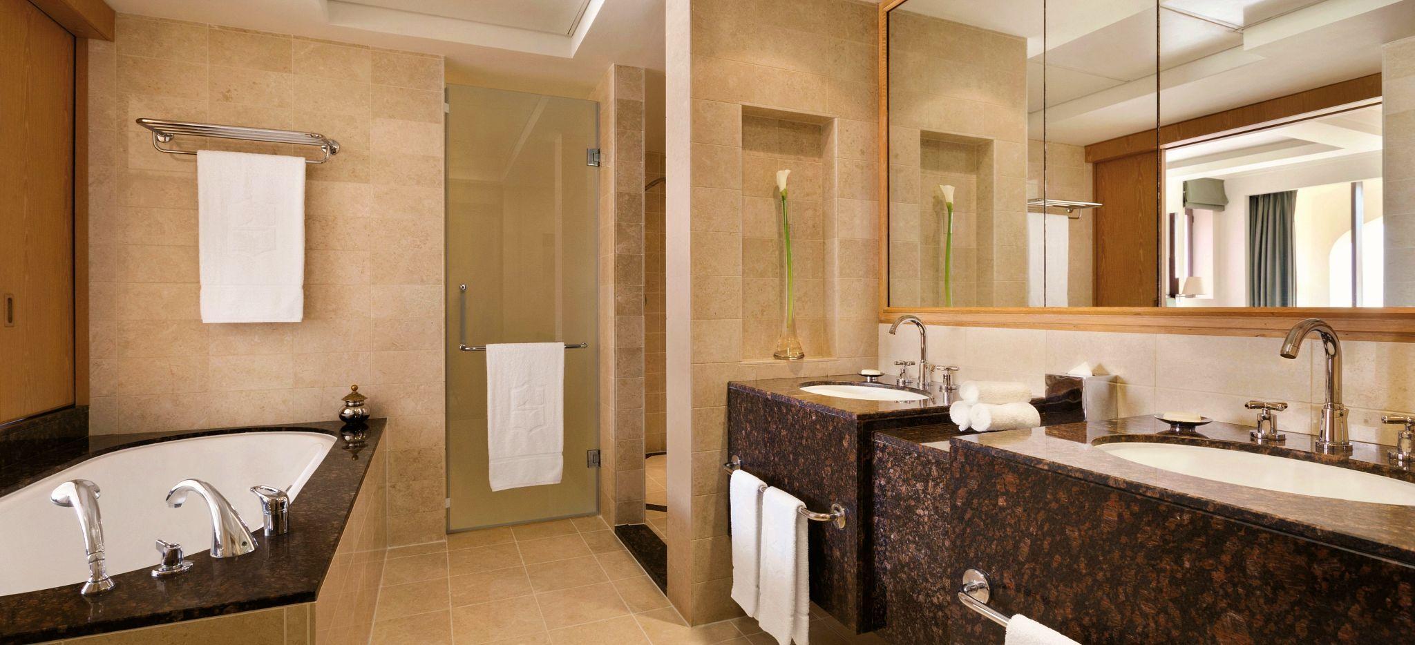 Badezimmer einer One Bedroom Suite im Shangri-La Al Bandar in Maskat, Oman