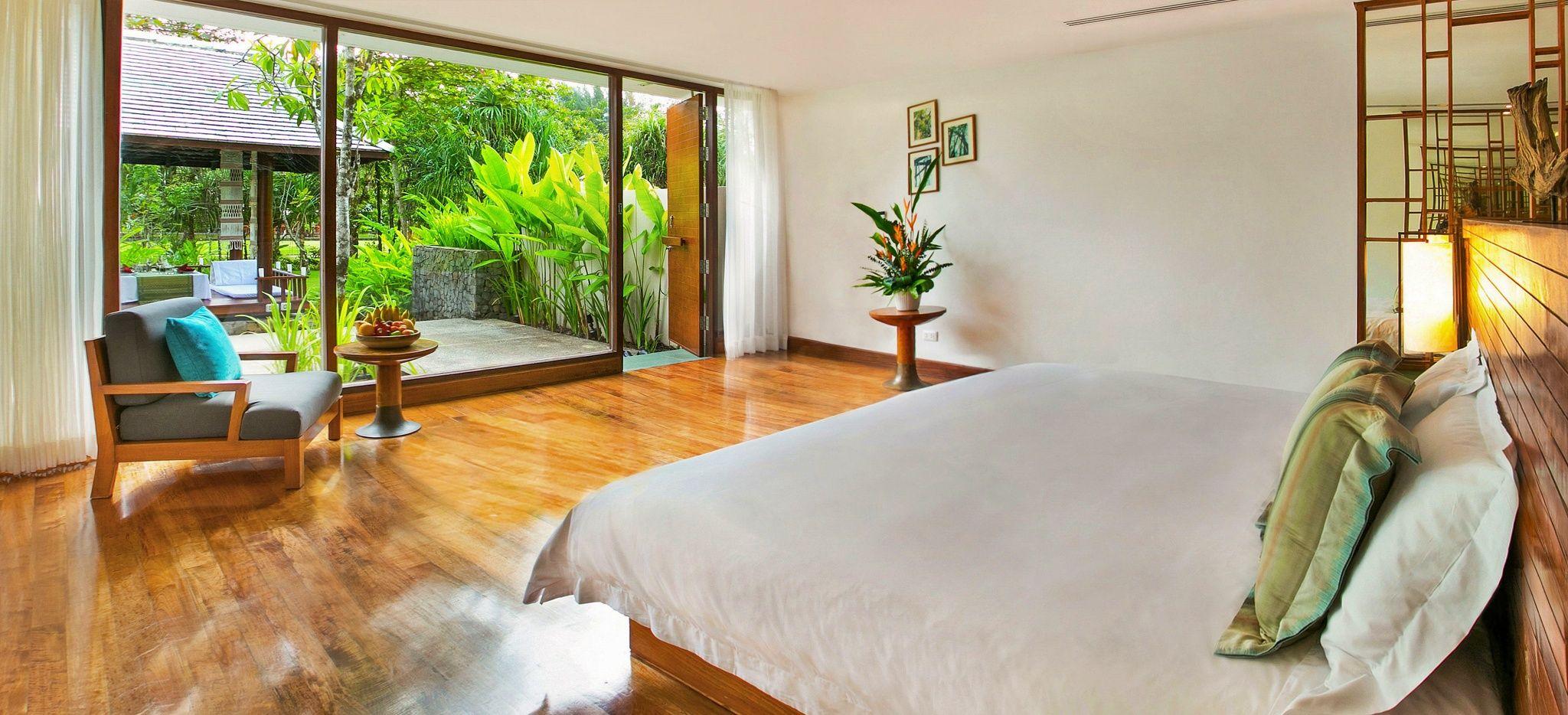 """Ein Hotelzimmer mit Blick auf den Garten im Hotel """"The Sarojin"""""""
