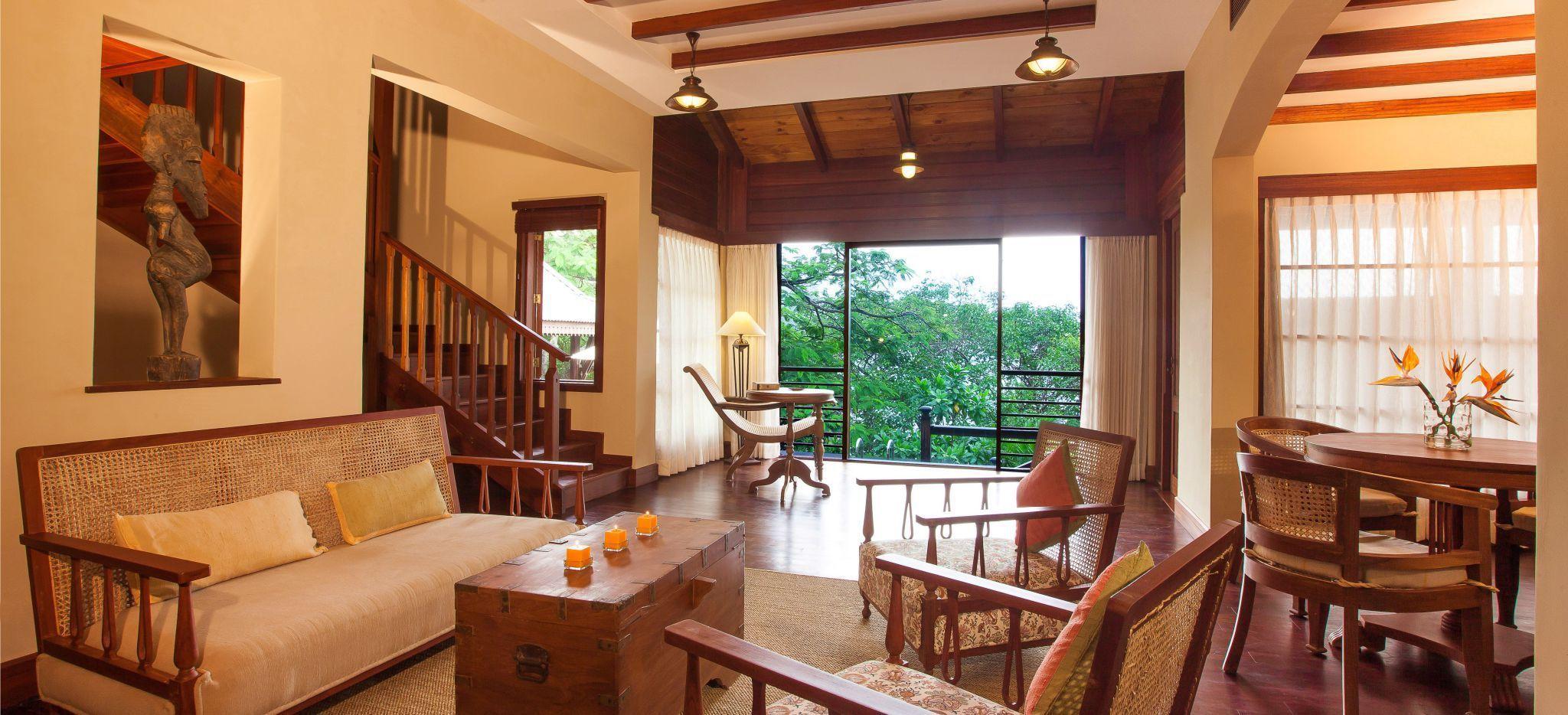 Mit viel Holz kolonial eingerichtetes Wohnzimmer im Hotelzimmer Enchanted Signature Villa auf der Island Lodge JA Enchanted Island auf den Seychellen