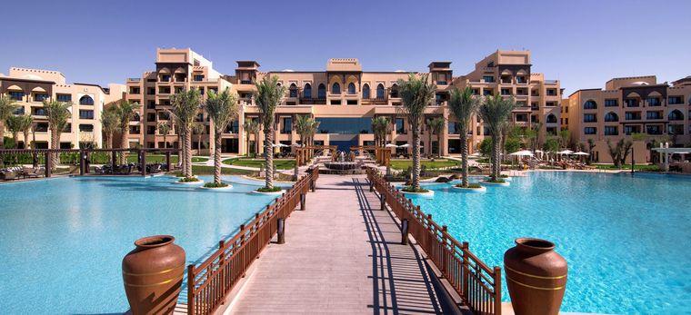 Blick auf den Jetty über den Pool des Saadyat Rotana Hotel. Das Hotel im Hintergrund.