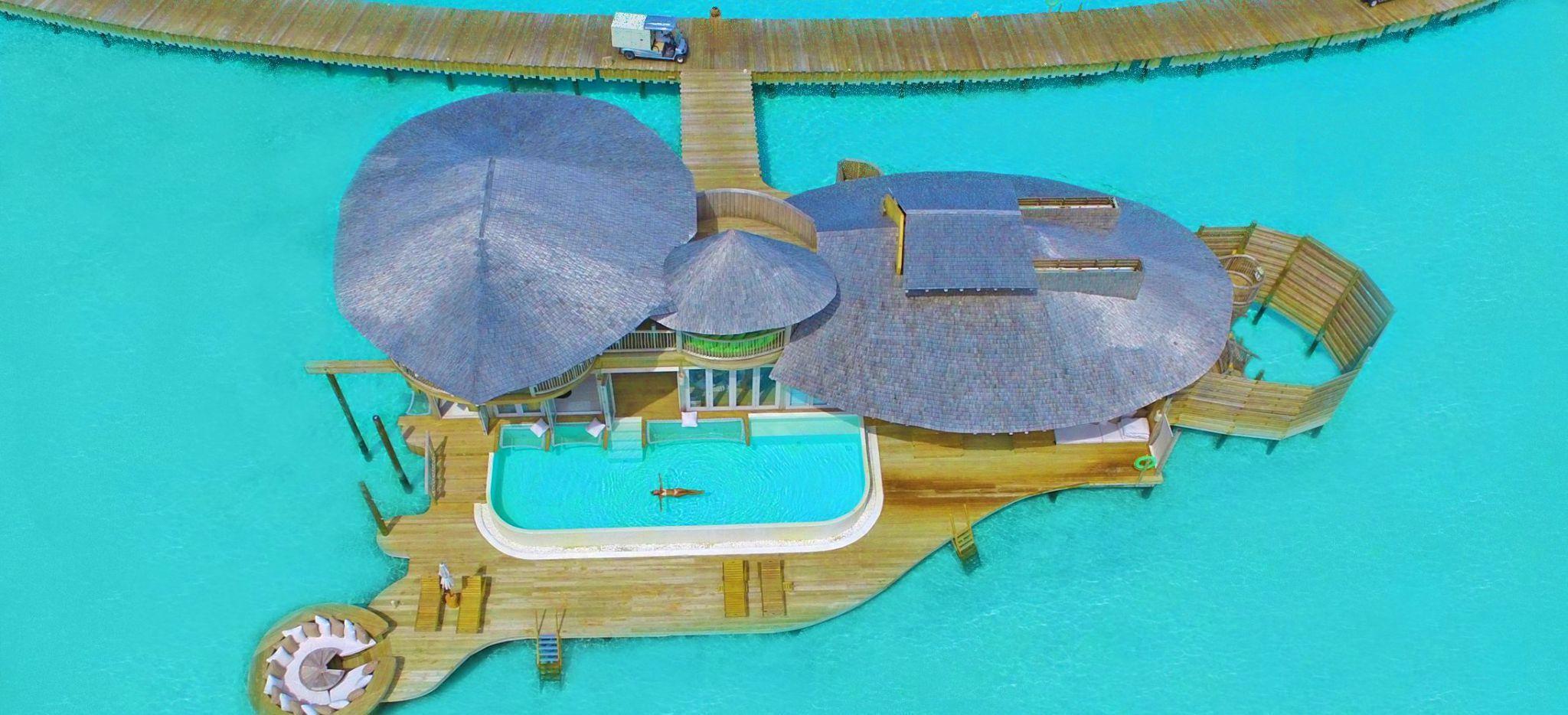 Luftaufnahme einer riesigen Wasservilla mit Pool im Hotel Soneva Jani