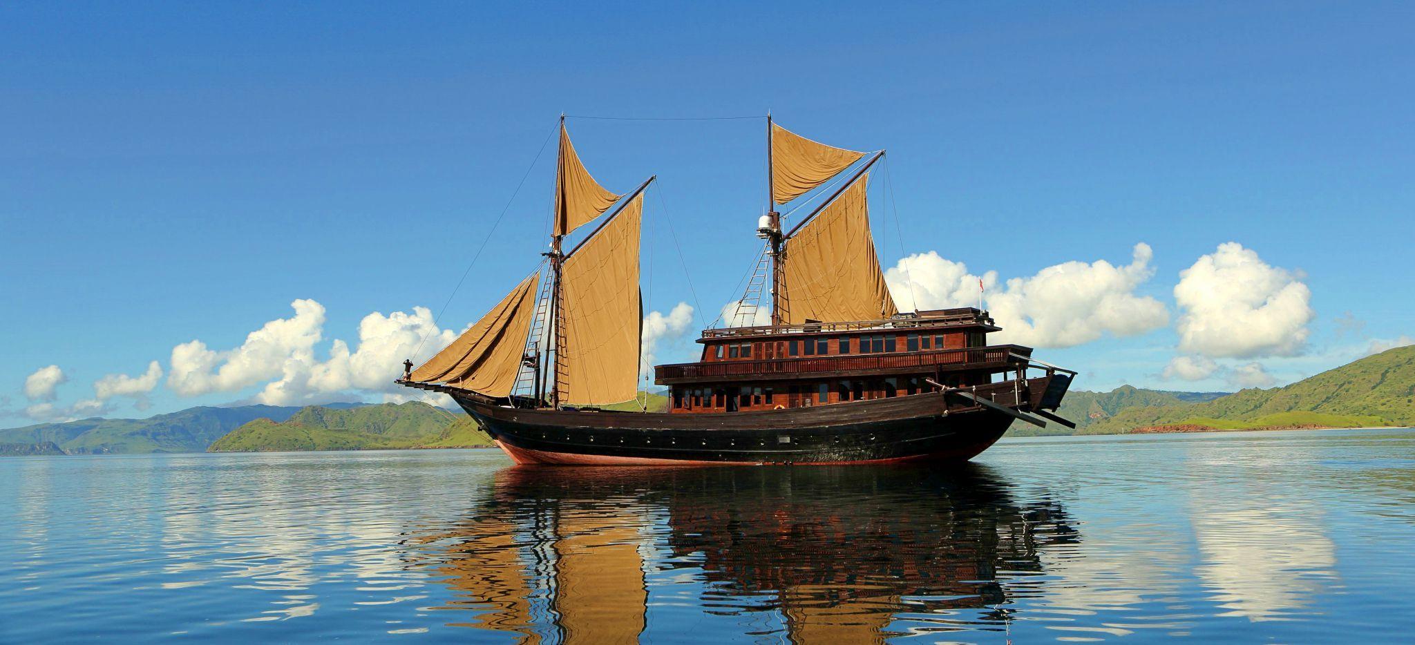 """Außenaufnahmen der Yacht """"Alila Purnama"""", auf dem Meer, Inseln in der Ferne"""