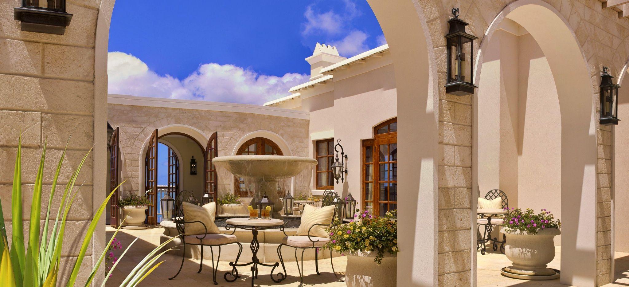 """Ein Springbrunnen in einem weißen, offenen Gewölbe im Hotel """"Rosewood Tucker's Point"""""""