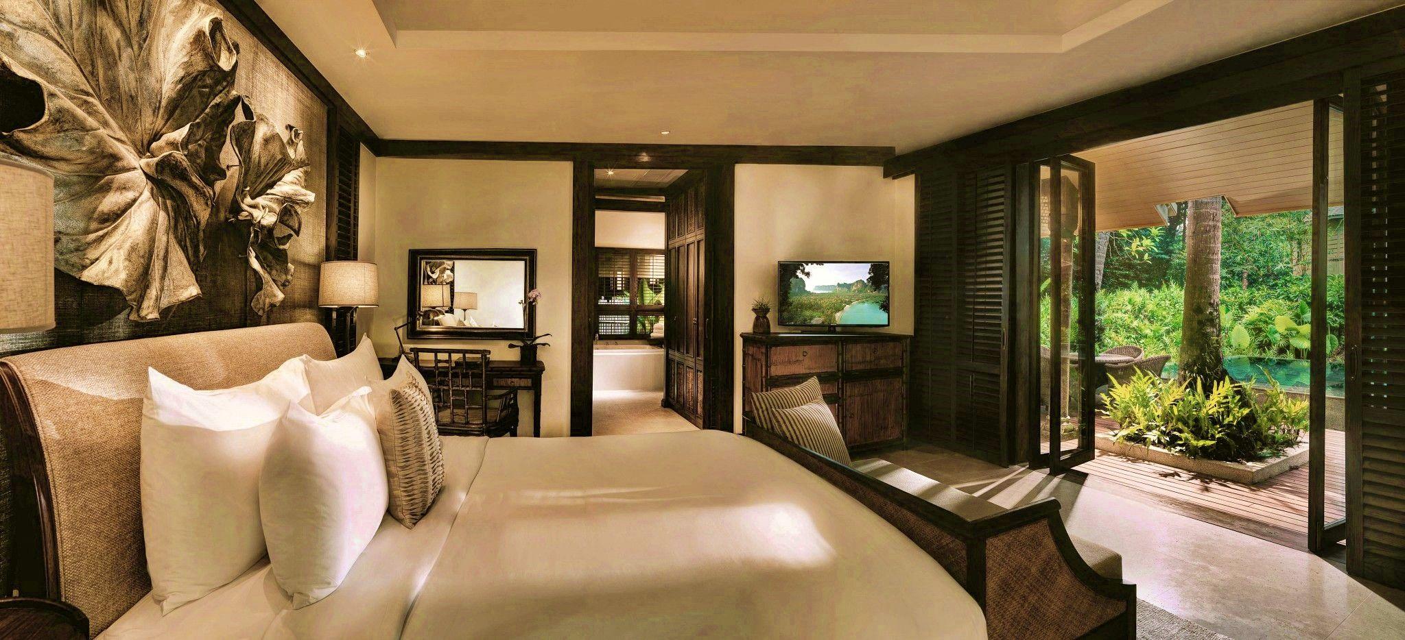 Ein großes Schlafzimmer mit Blick in den umgebenden Dschungel