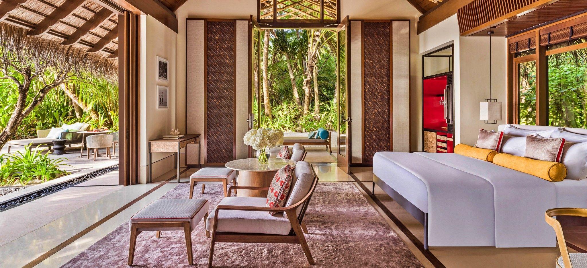 Das Wohn- und Schlafzimmer einer Beach Villa im Hotel One & Only Reethi Rah