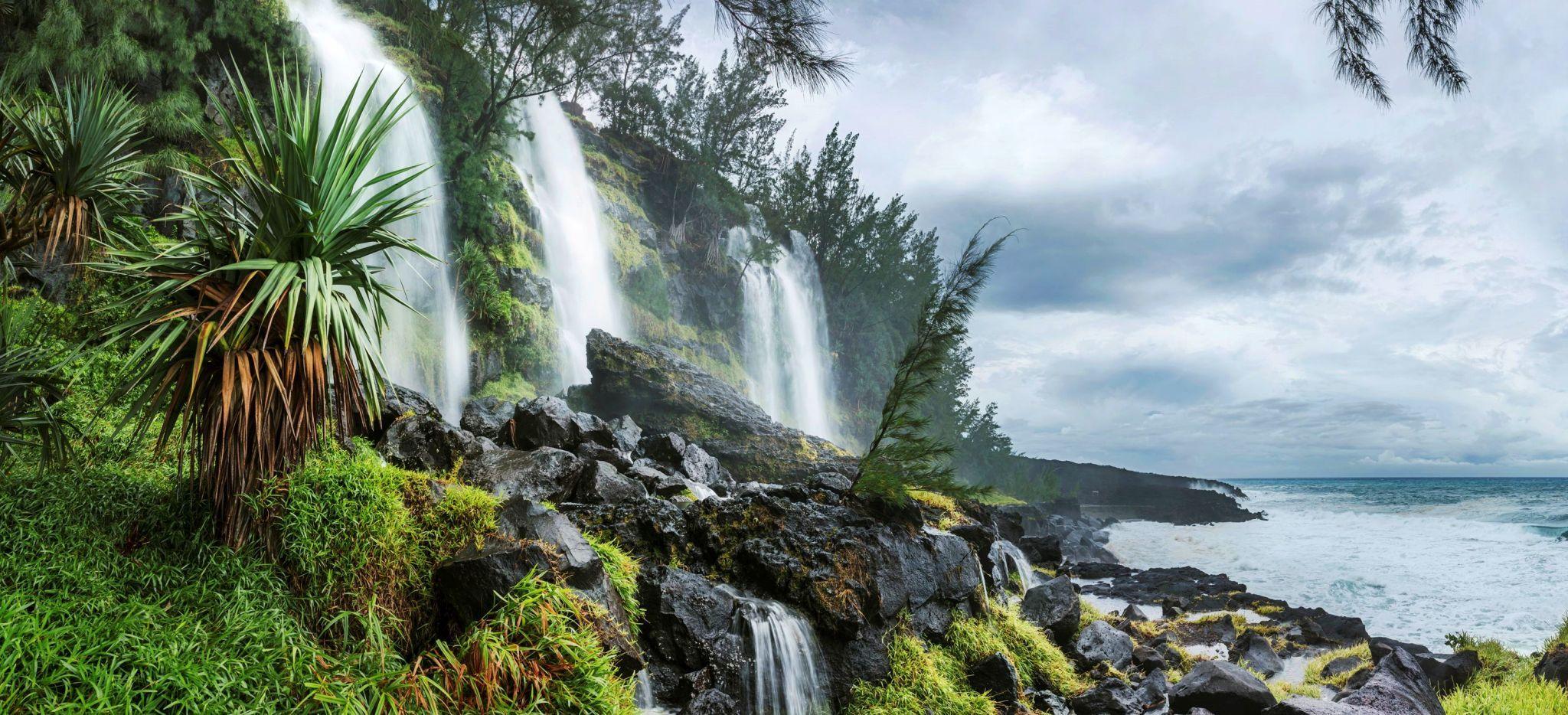 Wasserfall direkt am Meer auf La Réunion