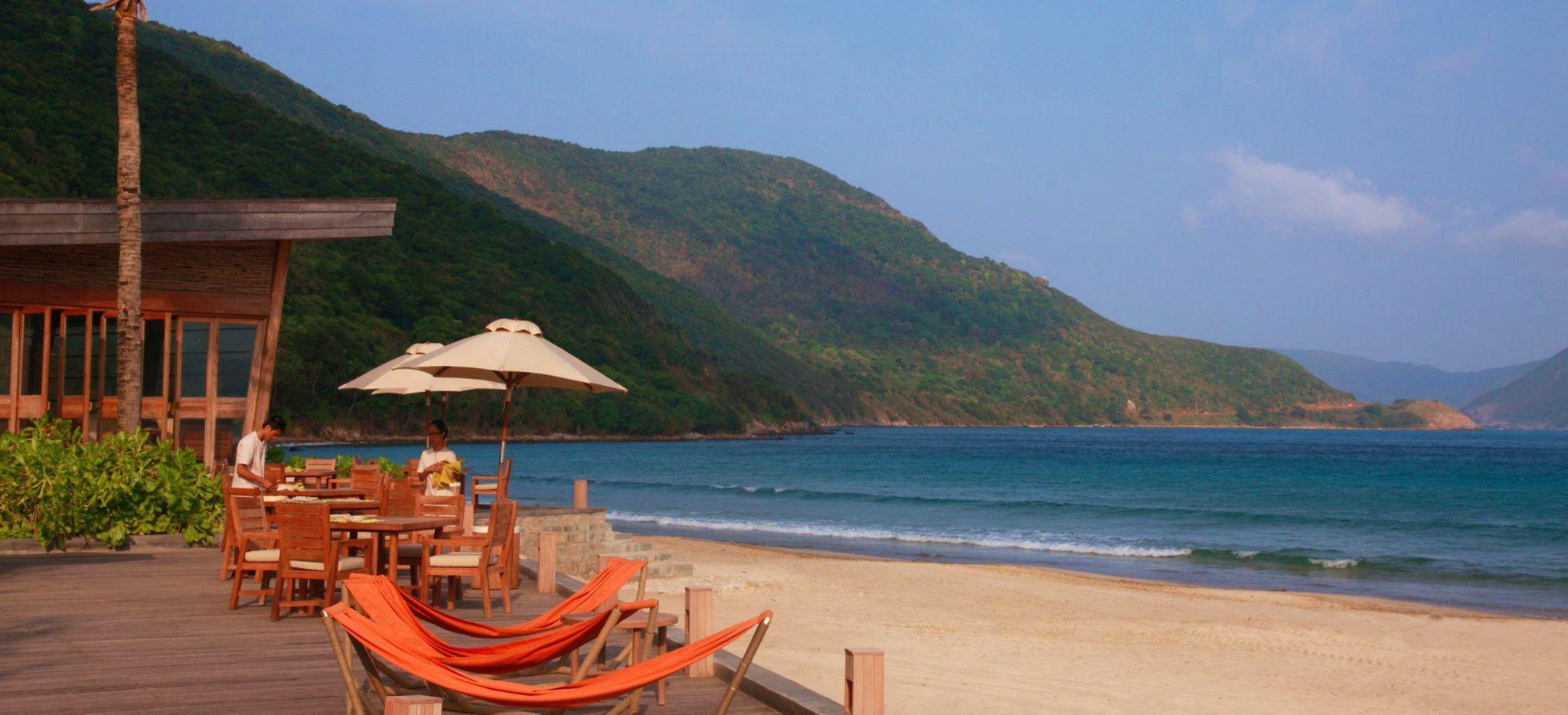 Hängematten auf einer Terrasse am Strand auf der Insel Con Dao