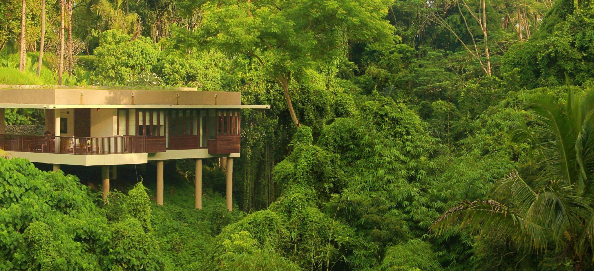 Villa des Hotels Alila Ubub von tropischem Grün eingerahmt