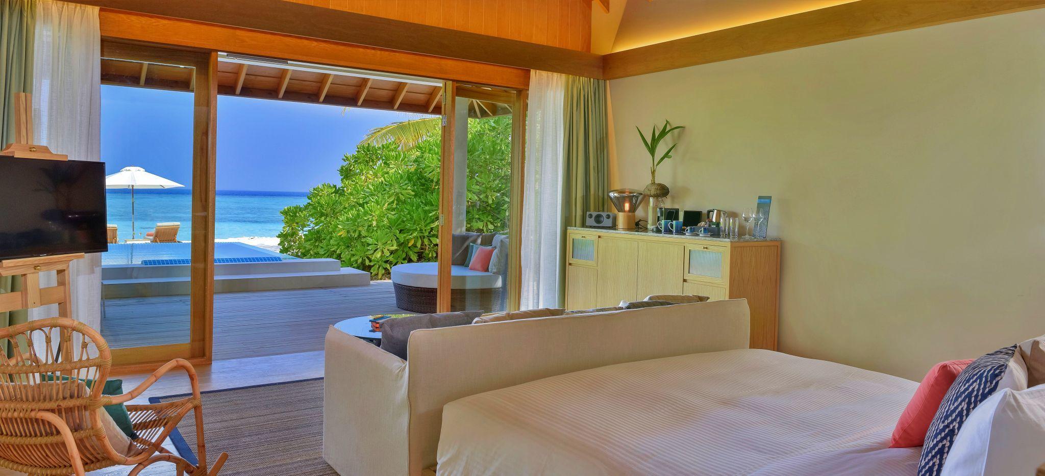 Schlafzimmer im Hotel Faarufushi Maldives mit Blick auf das Meer