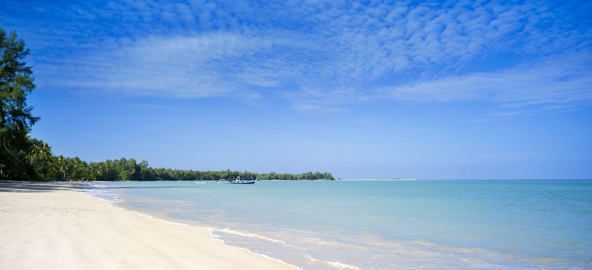 """Der Strand des """"The Sarojin"""", weißer Sandstrand an einem türkisblauen Meer"""