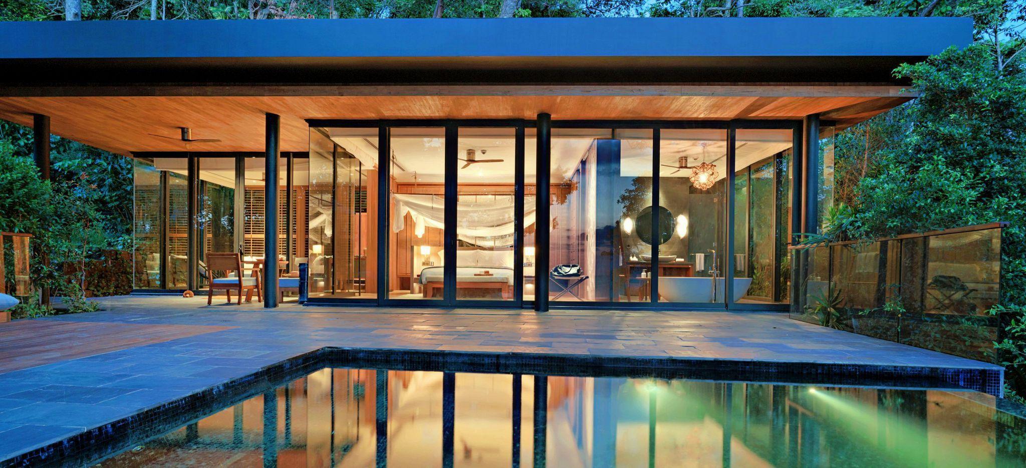 Modernes Villa-Hotelzimmer mit privatem Pool davor bei Nacht im Hotel Six Senses Krabey Island in Kambodscha